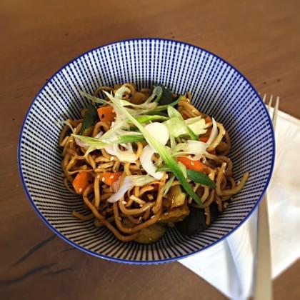 Thai-Nudeln mit Rinderfaschiertem und Gemüse