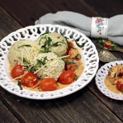 Flaumige Topfenknödel mit getrockneten Tomaten, Basilikum und Tomaten-Sauce