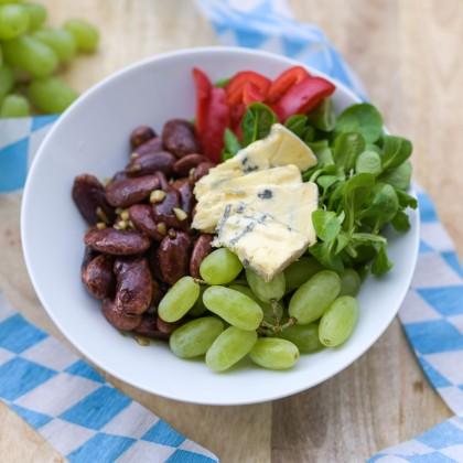 Wiesn-Bowl Marinierte Käferbohnen, Blauschimmelkäse, Paprika, Vogerlsalat, Weintrauben