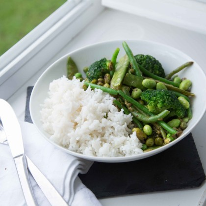 Grünes Wok-Gemüse mit Basmatiries