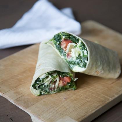 Wrap mit Spinat, Schafskäse und Tomaten
