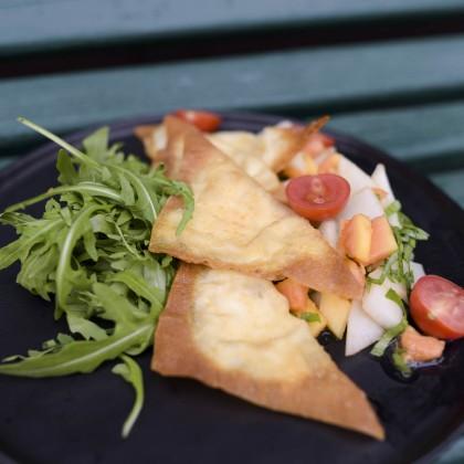 Knusprige Ziegenkäseravioli mit Melonen-Rucola-Salat