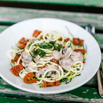 Zucchini-Spaghetti mit Pilzen und getrockneten Tomaten