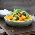 Rotes-Thai Curry mit Kürbis, Karotten, Brokkoli und buntem Paprika dazu Basmatireis