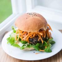Beef-Burger mit Rotkraut-Mango Salat und Limettensauce