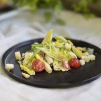 Caesar-Salad mit Avocado und Parmesanhobel