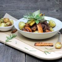 Coq au Vin mit geschmortem Gemüse und Baby-Kartoffeln