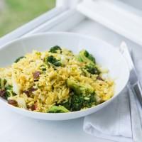 Curryreis mit Brokkoli, Crannberries und Mandeln