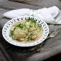 Semmelknödel mit Eierschwammerl-Sauce und frischer Petersilie