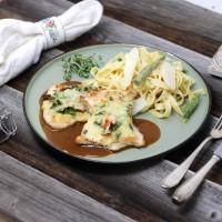 Putenschnitzel mit Kräuter-Käse-Kruste und Spargel-Tagliatelle