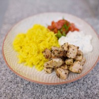 Curcumareis mit Hühnchen, Joghurtsauce und Tomatensalsa