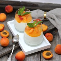 Joghurt-Mousse mit Marillen-Ragout und frischer Minze
