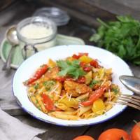 Penne mit würziger Tomatensauce, gegrillter Paprika, Huhn und frischem Parmesan