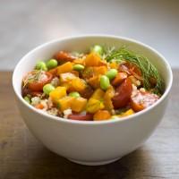 Quinoa-Bowl mit gebratenem Kürbis, Sojabohnen und gegrillten Tomaten