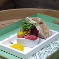 Rote-Rüben-Hummus mit knusprigem Roggenweckerl