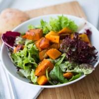 Herbstsalat mit gebratenem Kürbis und Zwetschgen