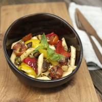 Nudelsalat mit Antipastigemüse, frischem Basilikum und Pesto