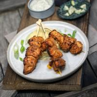 Tandoori Chicken-Spieß mit Couscous und Raita