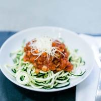 Zucchini-Nudeln mit Linsen-Gemüsesugo und Parmesa